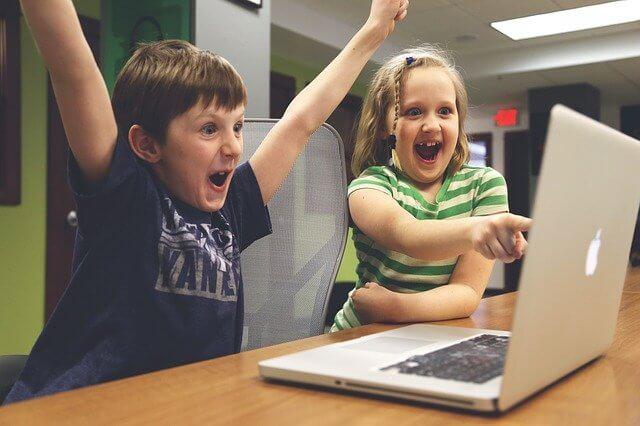 Lapset pelaavat tietokoneella